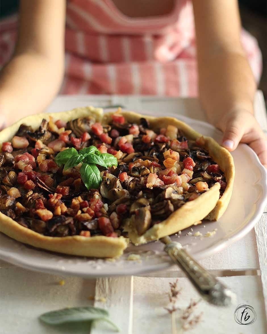 torta salata di pasta brisee all'olio di oliva con funghi champignon e pancetta affumicata